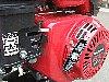 エンジンの始動の際にはエンジンスイッチを運転の位置にして燃料コックを開けてチョークレバーを操作して、リコイルスターターのエンジン始動グリップを引いて始動させます。(低荷重リコイルスターターで、軽い力でスムーズにエンジンがかけられます) 燃料コックレバーの下にあるドレンつまみは、長期間使用しない場合にキャブレター内部に残った燃料を抜き取る際に使用します。